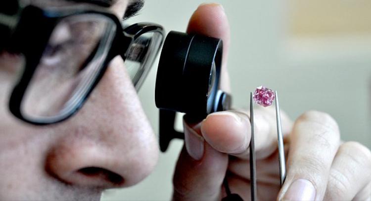 Геммологи GIA оценивают цвет необычного фиолетово-розового бриллианта весом 1,68 карата